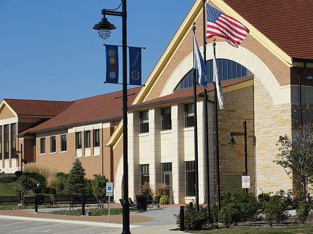 640px-Montgomery_Illinois_Village_Hall_corner_view