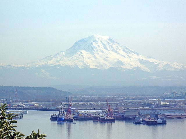 640px-Mount_Rainier_overlooking_the_Port_of_Tacoma