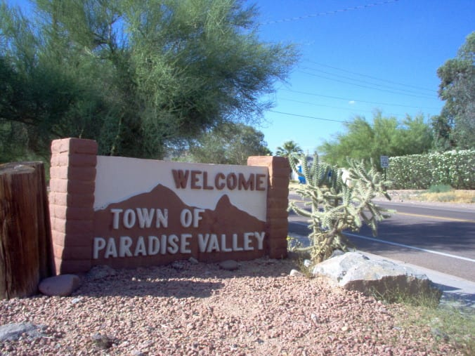 Welcome_sign_in_Paradise_Valley_Arizona_5-30-2005